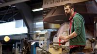 Glasmacher   arbeit mit glasstange heller
