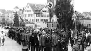 Marschierende Tübinger auf der Neckarbrücke