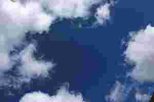 Zu sehen ist ein blauer Sommerhimmel mit Wolken.