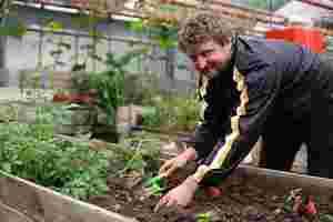 Zu sehen ist Christoph Pelka bei der Gartenarbeit.