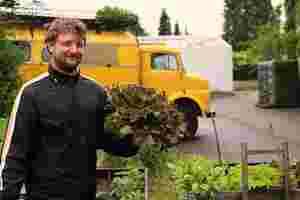 Zu sehen ist Christoph Pelka mit einem Salatkopf in der Hand.