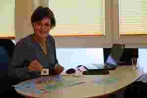 Zu sehen ist Ernährungsberaterin Silke Heizmann an ihrem Schreibtisch.