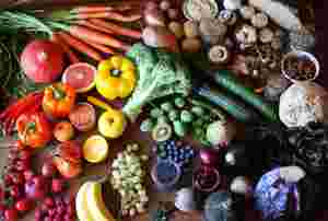 Zu sehen sind verschiedene Lebensmittel auf einem Tisch.