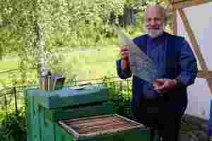 Zu sehen ist der Imker Bernd Möller bei seiner Arbeit bei den Bienen.