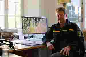 Zu sehen ist Mathias Allgäuer an seinem Schreibtisch in der Direktion in Bebenhausen.