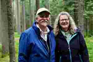 Zu sehen sind Gisela und Matthias Steuber beim Waldbaden.