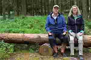Zu sehen sind Matthias und Gisela Steuber beim Waldbaden.